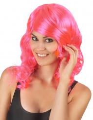 Vaaleanpunainen peruukki kiharoilla
