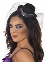 Pieni ja tyylikäs hattu hunnulla naiselle