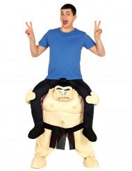 Mies sumopainijan selässä- naamiaisasu aikuiselle