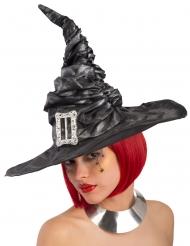 Noidan musta hattu soljella naisella